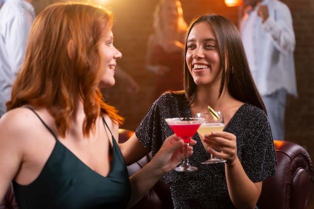 飲み物でバーで女性をクローズアップ