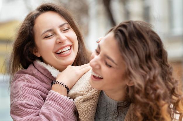 屋外で一緒に楽しんでいる女性をクローズアップ