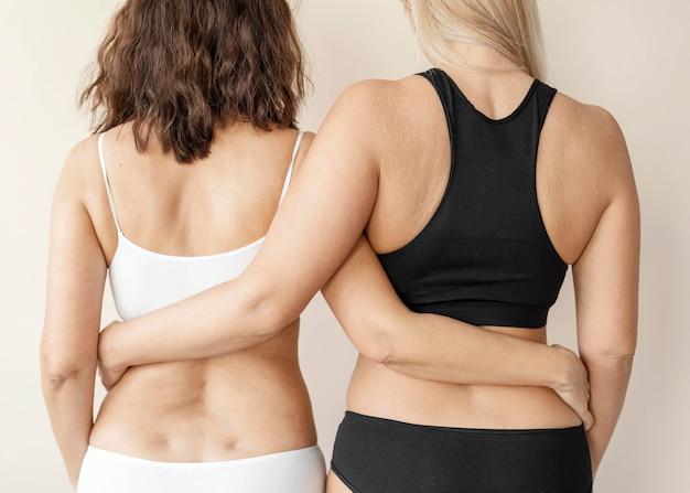 Крупным планом женщин, держащих друг друга