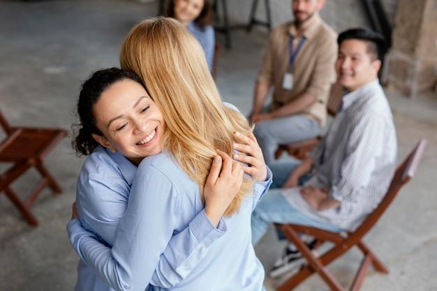 치료에서 포옹하는 여성을 닫습니다