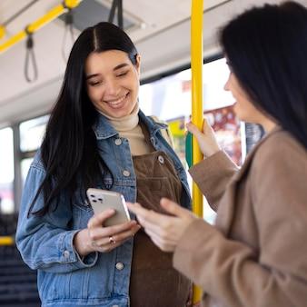 버스에서 여성을 닫습니다