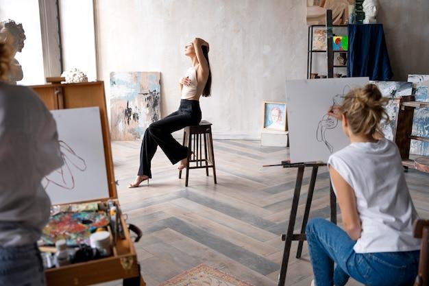 Крупным планом женщины рисуют на холсте