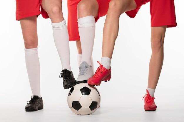 Крупным планом женщин-игроков с футбольным мячом
