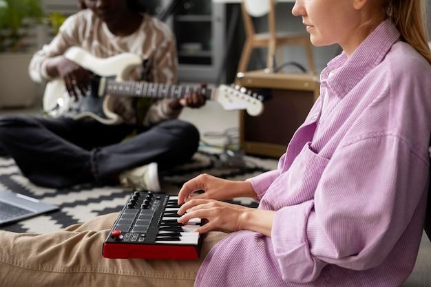 楽器で遊んでいる女性をクローズアップ