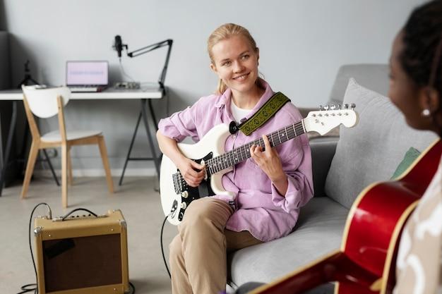 Donne ravvicinate che suonano la chitarra