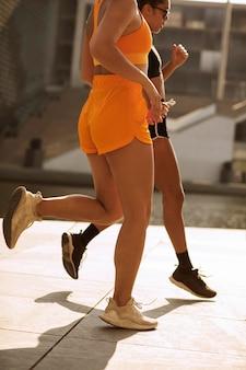 屋外で走っている女性をクローズアップ