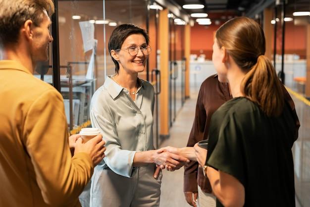 Крупным планом женщины, пожимая руки на работе