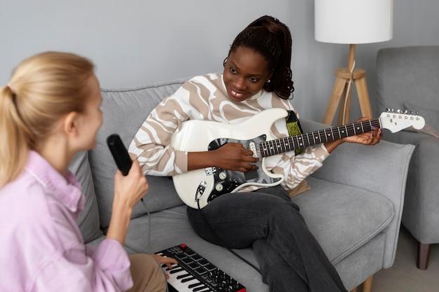 Donne ravvicinate che cantano insieme