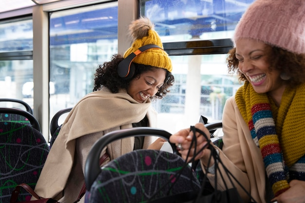 Крупным планом женщин, путешествующих на автобусе