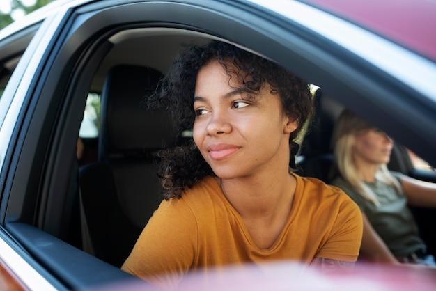 車で旅行している女性をクローズアップ