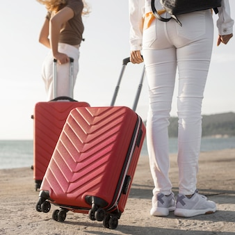 荷物を持って旅行するクローズアップの女性
