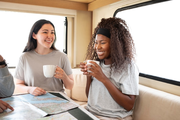 Крупным планом женщин с чашками
