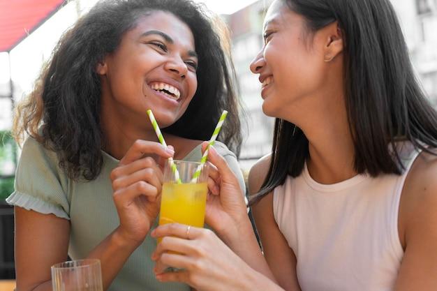 飲み物で女性をクローズアップ
