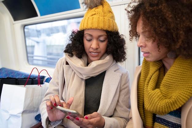 Крупным планом женщин со смартфоном