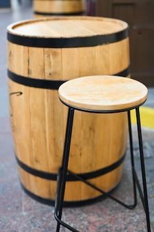 Крупным планом деревянная бочка лакированная