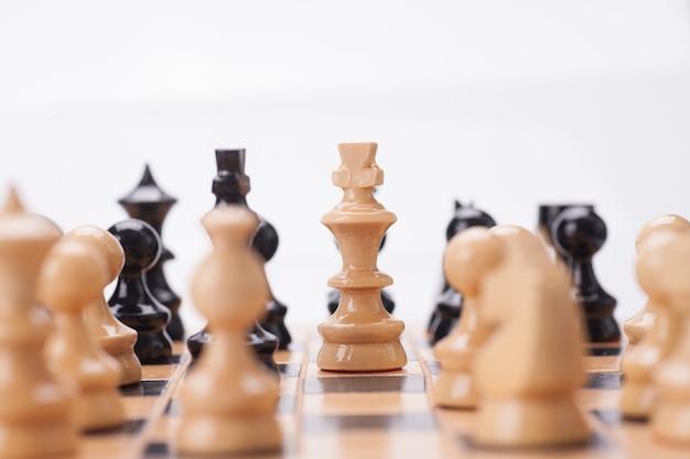 ボード上の木製のチェスの駒を閉じる