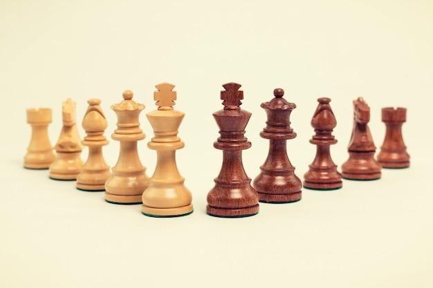 木製のチェスの駒をクローズアップ