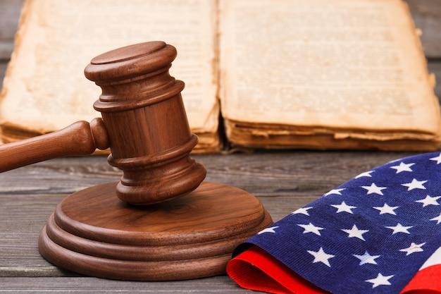 クローズアップ木製コートガベル。古い本とアメリカの国旗。