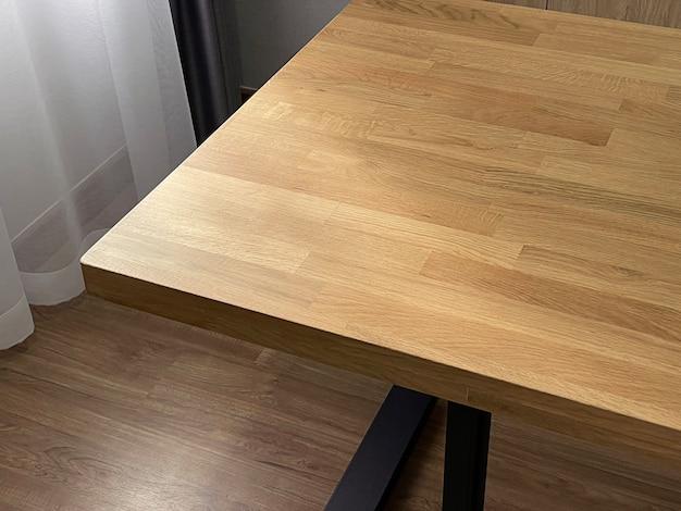 木製の家具、オーク材のテーブル、インテリアの家具の詳細を閉じます。