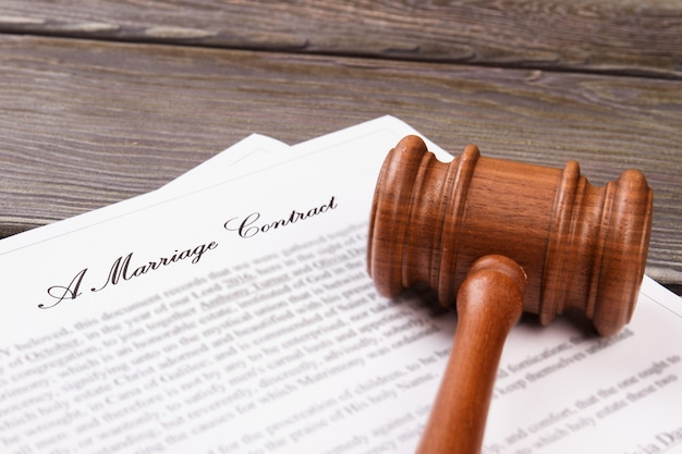 Крупным планом деревянный молоток. концепция брачного контракта.