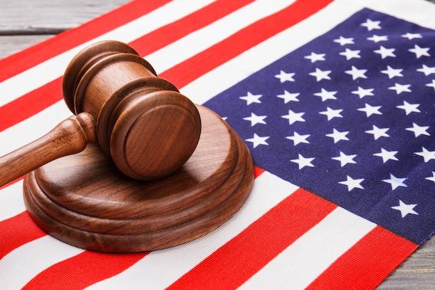 アメリカの国旗のクローズアップ木製裁判官ハンマー。アメリカの国旗のガベル裁判官。