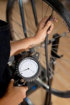 Primo piano del lavoratore che controlla la ruota