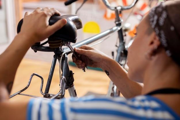 Close up lavoratore riparazione bicicletta