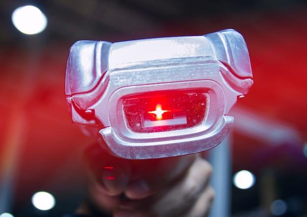 빨간색 레이저로 작업자 스캐닝 바코드 스캐너를 닫습니다.