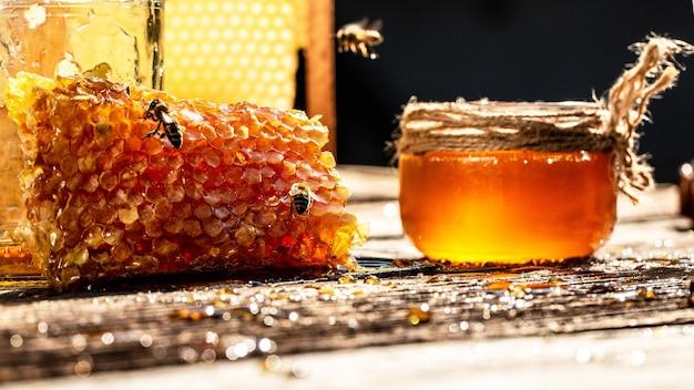 閉じる。蜂蜜細胞に働き蜂。ミツバチは新鮮で健康的な蜂蜜を生産します