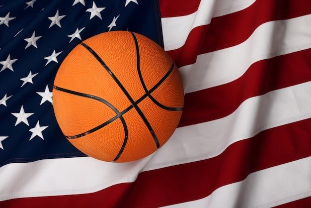 アメリカの国旗の背景、高架の上面図、真上に着用したオレンジ色のバスケットボールボールをクローズアップ