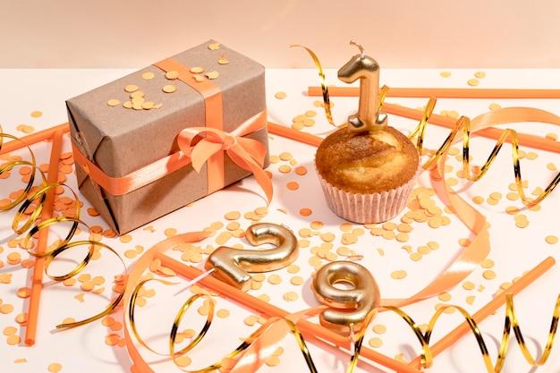 Contenitore di regalo avvolto primo piano sulla tavola