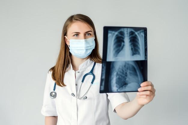 医師の手で肋骨と肺のx線写真を閉じる