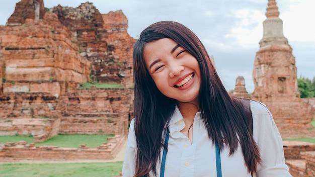 パゴダ旧市街のクローズアップ若いアジアのバックパッカーブロガー女性