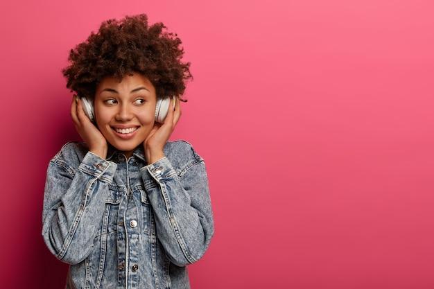 Primo piano sulla giovane donna attraente e carismatica isolata
