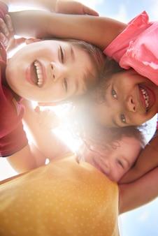 Primo piano su giovani bei bambini che si divertono insieme