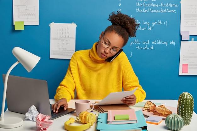 Primo piano sulla giovane bella donna alla sua scrivania