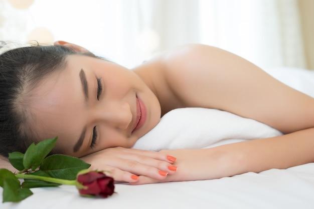 Chiuda su di giovane bella donna che si rilassa durante il trattamento della stazione termale.