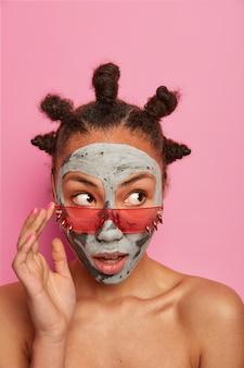 Primo piano su giovane bella donna con maschera facciale