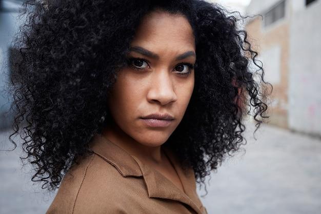 Stretta di giovane donna di colore con i capelli afro