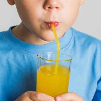 ジュースを飲むクローズアップ少年