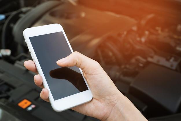 모바일 스마트 폰을 사용하여 젊은 비즈니스 맨 손을 닫습니다
