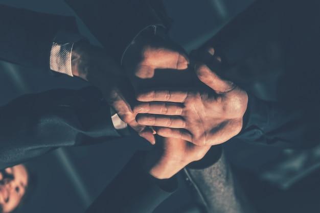 확대. 함께 손바닥을 결합하는 젊은 사업가. 화합의 개념.