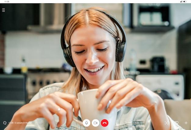 Primo piano di una giovane donna d'affari che fa una videochiamata di lavoro restando a casa. nuovo stile di vita normale. concetto di affari.