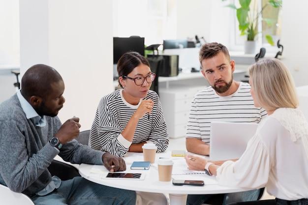 Primo piano su giovani colleghi che hanno una riunione
