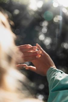 Primo piano sulle mani di giovani donne in natura