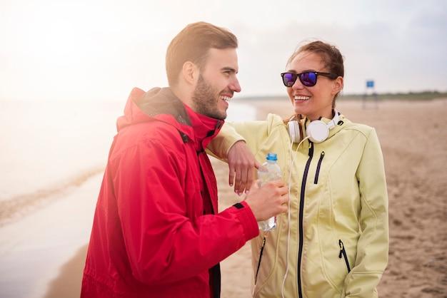 Primo piano su giovani in forma fare jogging in riva al mare