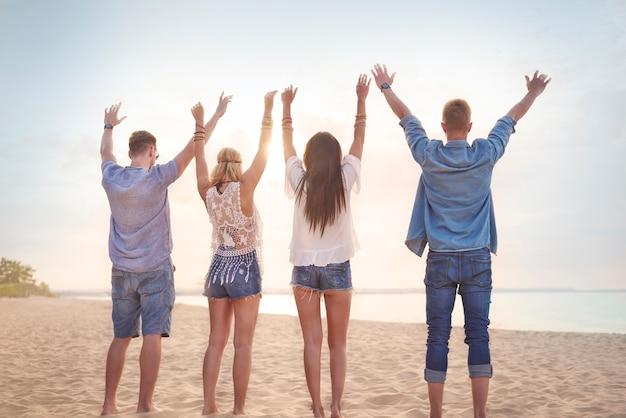 Primo piano su giovani amici che si divertono sulla spiaggia