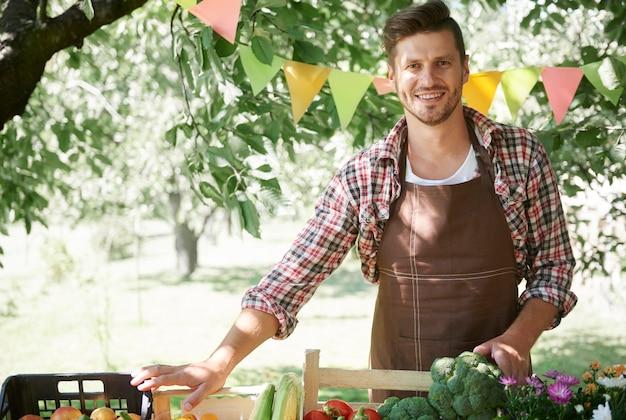 Primo piano sul giovane giardiniere che vende prodotti