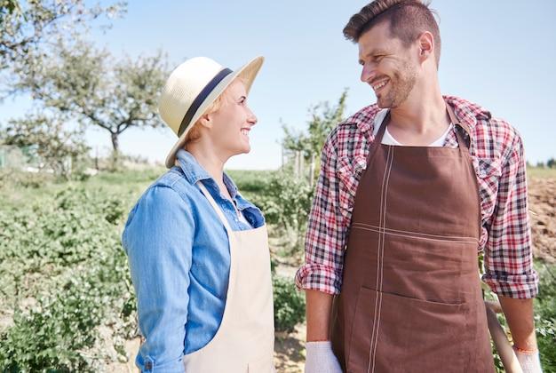 Primo piano sui giovani giardinieri che si prendono cura del loro giardino
