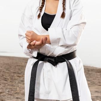 武道の衣装で若い女の子をクローズアップ